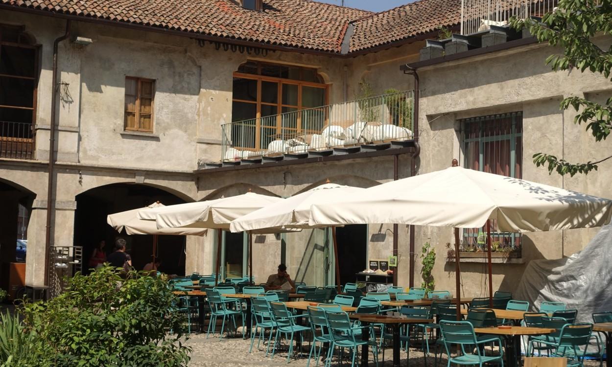 Un Posto Milano outdoor tables