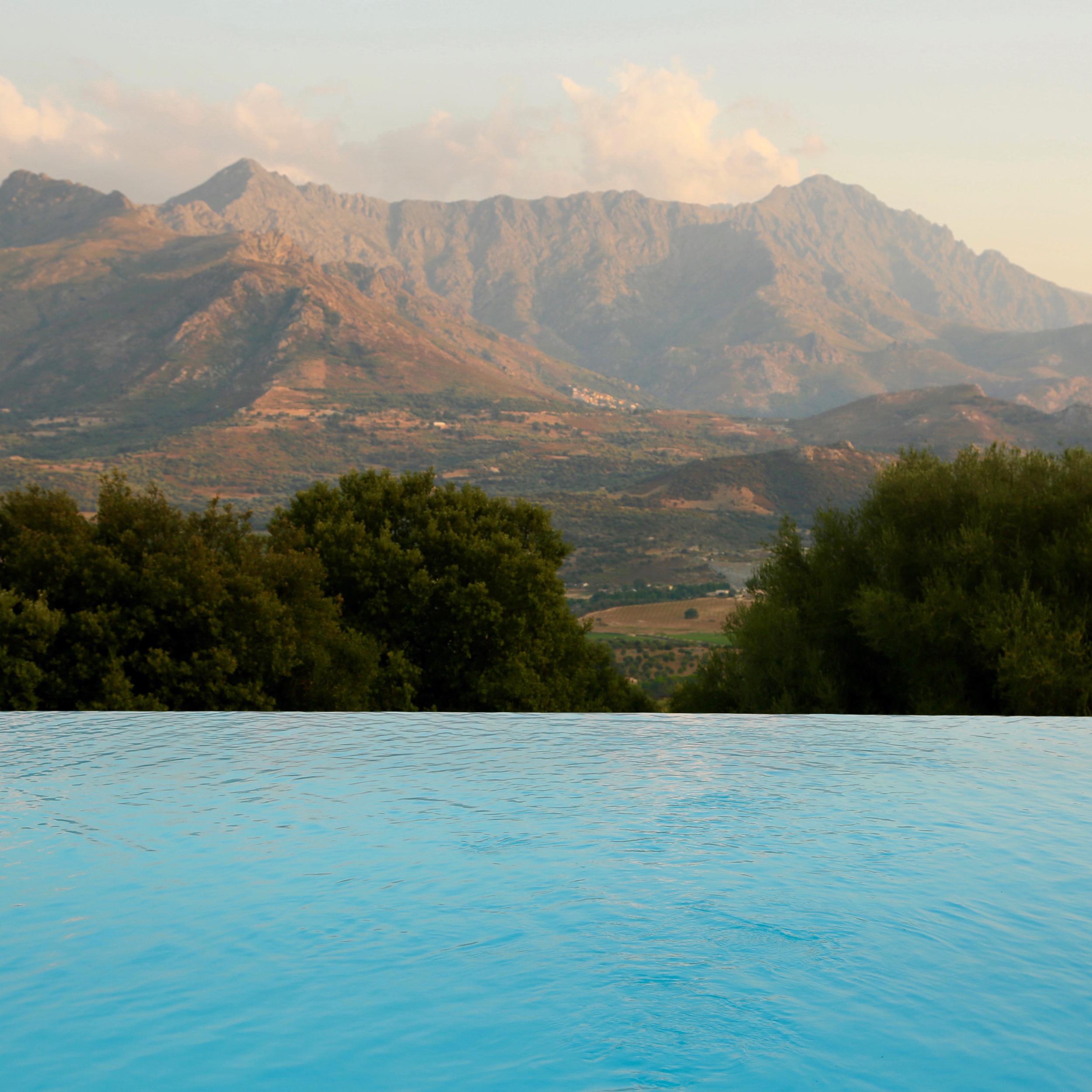 A Piattatella pool view mountains