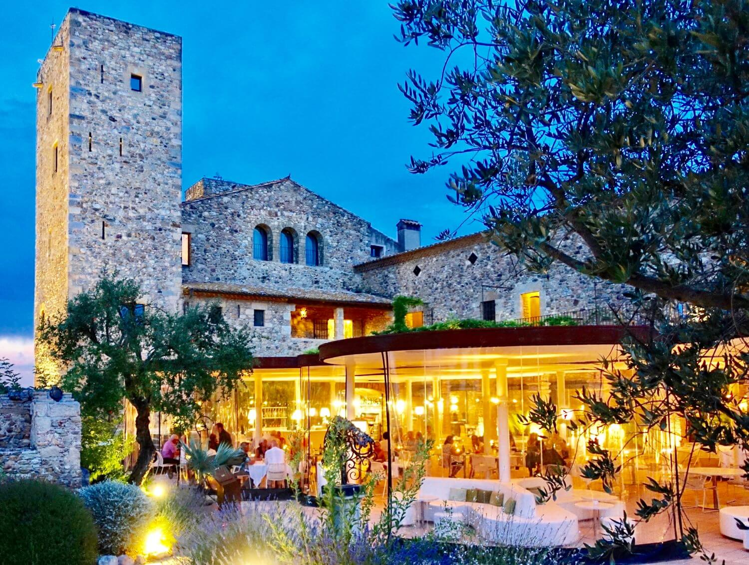 Castell d'Emporda restaurant at night
