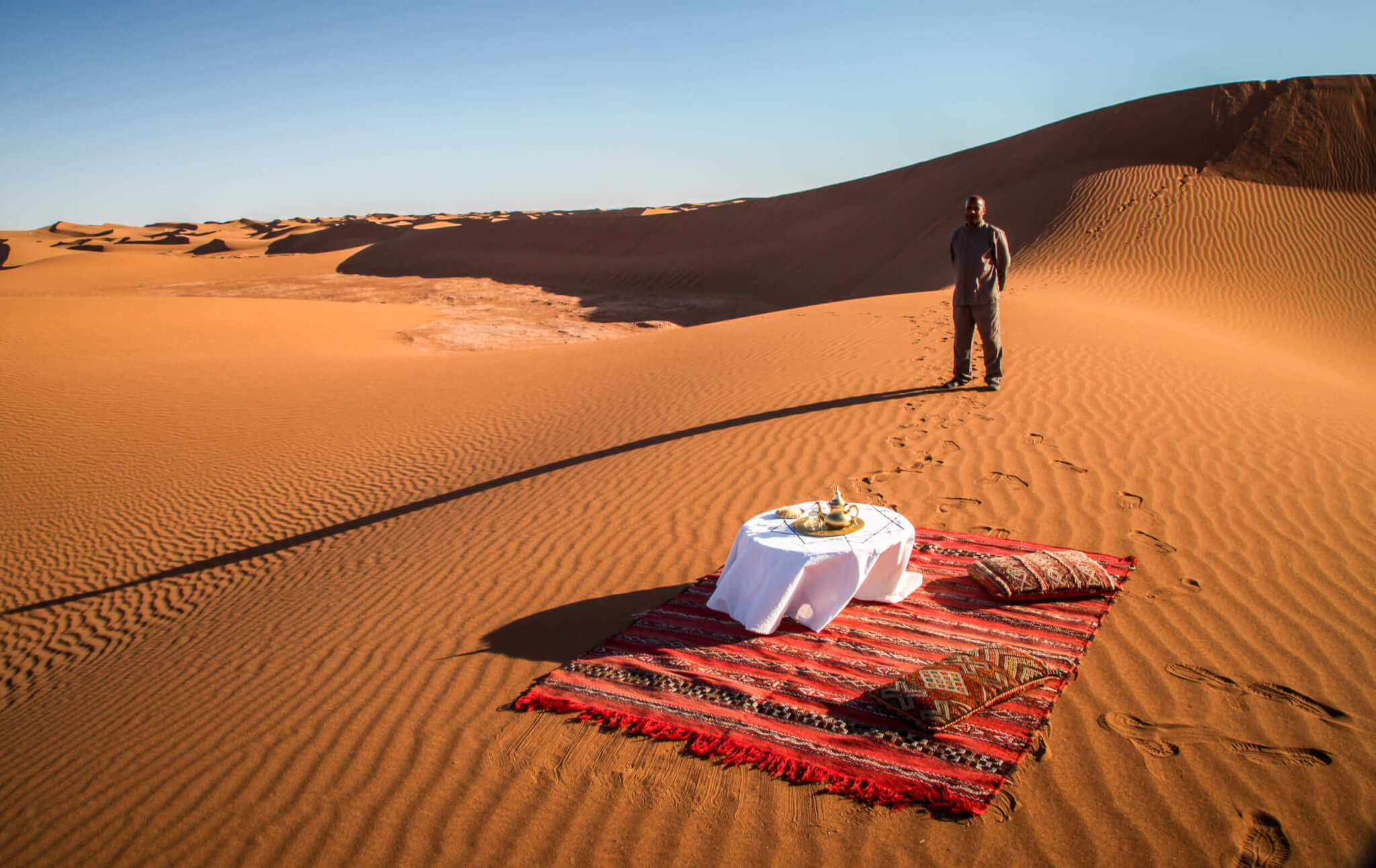 Dar Ahlam table in the desert