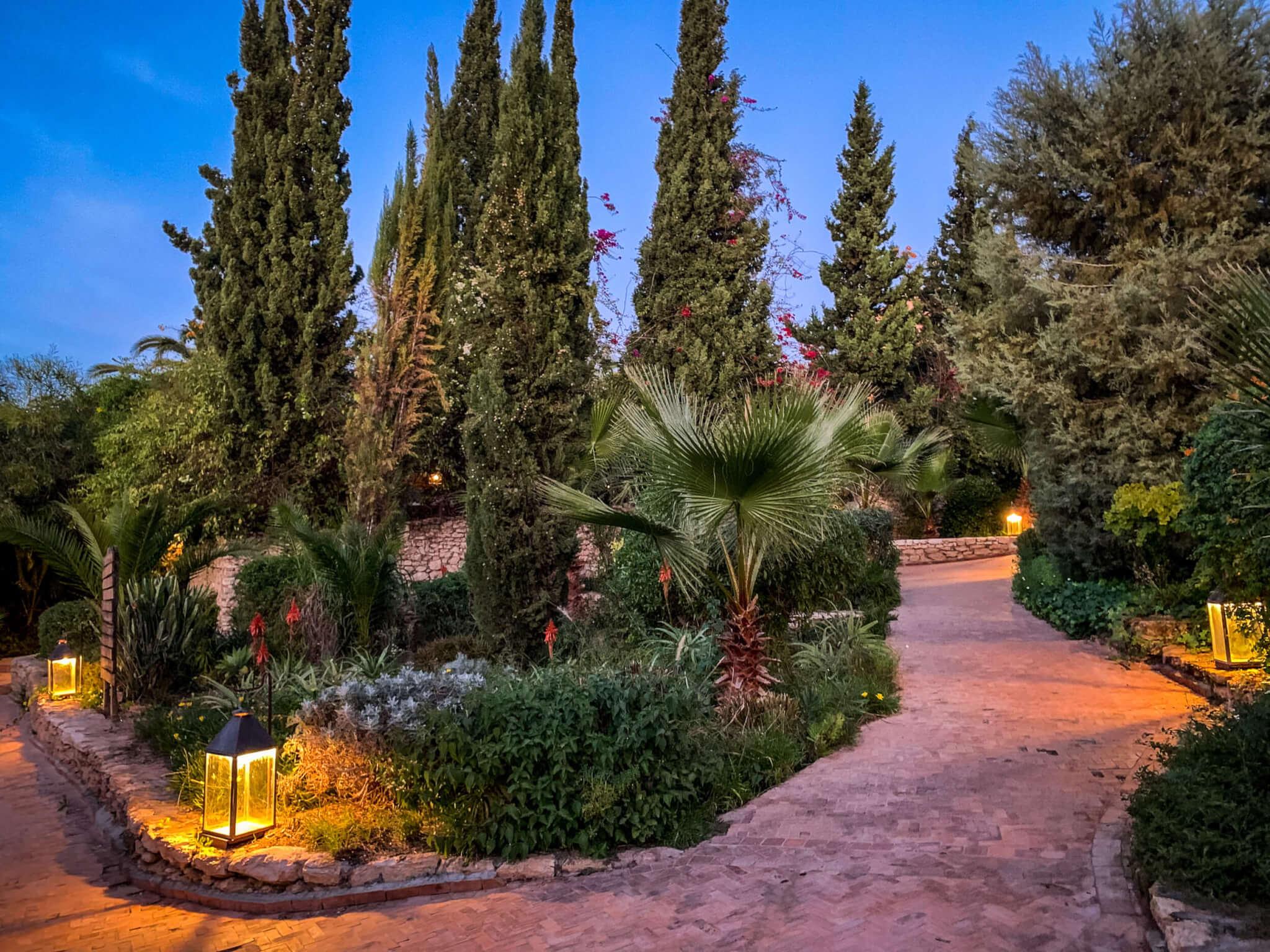 Le jardin des Douars gardens at dusk
